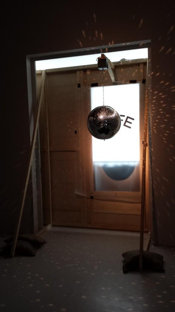 """Liz Magic Laser """"Public Relations/Öffentlichkeitsarbeit"""", Westfälicher Kunstverein, Münster, Installationsansicht Foto: Magdalena Kröner"""